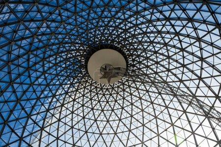 Techo de construcción de acero geométrico de celosía arquitectónica.Desde abajo hasta el cielo.