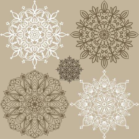 Illustration pour Ensemble de motifs. Cinq ornements ronds en dentelle dans le même style. Contexte de votre conception. Illustration vectorielle . - image libre de droit