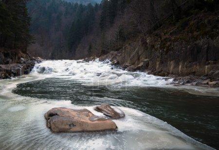 Photo pour Paysage d'hiver dans les Carpates ukrainiennes ouest - image libre de droit