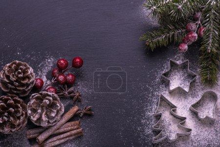 Photo pour Biscuits de Noël. Pour la cuisson des ingrédients : farine, des épices, des formes à biscuits sur tableau noir - image libre de droit