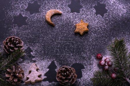 Photo pour Biscuits de Noël. Biscuits de Baring : étoiles, arbres de Noël, ciel nocturne sur tableau noir - image libre de droit
