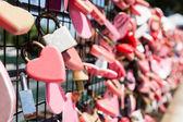 Closeup auf Rosa Liebe Schlösser hängen mit Platz für Kopie