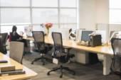 Kancelář rozostření pozadí s dřevěným stolem a moderní židle