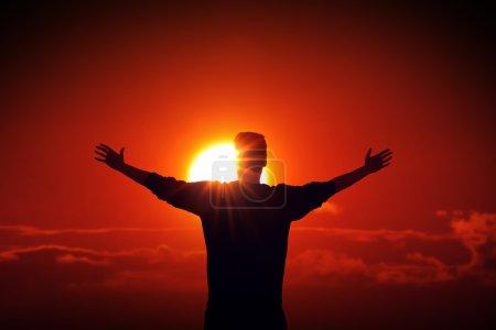 Photo pour Homme face au soleil, trouver la source d'alimentation - image libre de droit