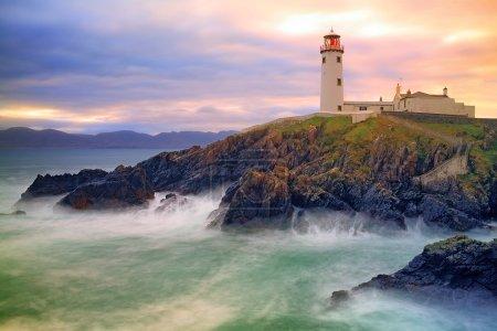 Photo pour Fanad Lighthouse assis sur des falaises au-dessus de la baie orageuse, Co. Donegal, Irlande - image libre de droit