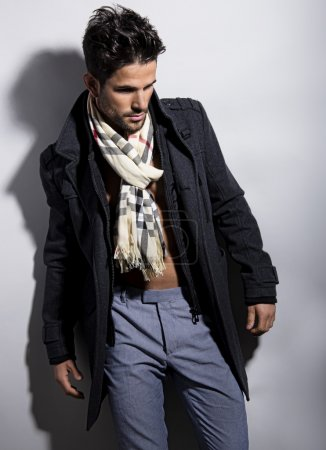 Photo pour Beau jeune homme posant sur fond gris - image libre de droit