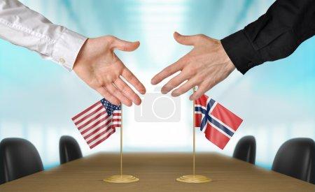 Photo pour Deux diplomates des Etats-Unis et Norvège étendant leurs mains pour une poignée de main sur un accord entre les pays. - image libre de droit