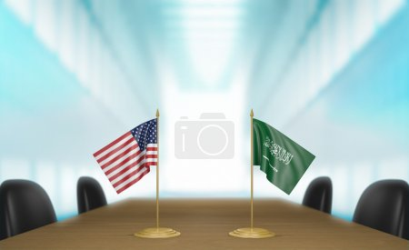 Photo pour Drapeaux miniatures de table pour les États-Unis et l'Arabie saoudite à une table de réunion pour les discussions diplomatiques et les négociations. - image libre de droit