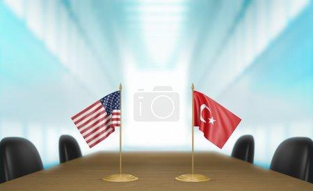 Photo pour Drapeaux de table miniature pour les Etats-Unis et la Turquie à une table de réunion pour les négociations et discussions diplomatiques. - image libre de droit