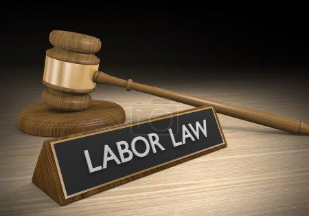 Foto de Concepto legal de un mazo de madera de corte junto a un letrero que dice la legislación laboral. - Imagen libre de derechos