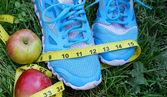 Cipők, centiméter, piros alma, fogyás, futás, az egészséges táplálkozás, az egészséges életmód klara