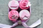Růžové košíčky s krémem, zdobené srdce