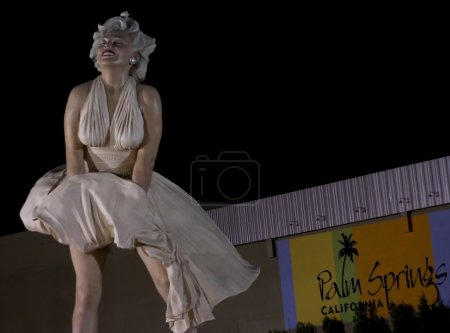 Foto de PALM SPRINGS, CA - JUNE 18: This large statue of iconic Marilyn Monroe is enjoying a temporary stay on June 18, 2013 in Palm Springs, CA. - Imagen libre de derechos