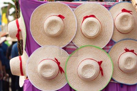 Decoración de desfile en festival de cera con sombreros tailandeses tradicionales .