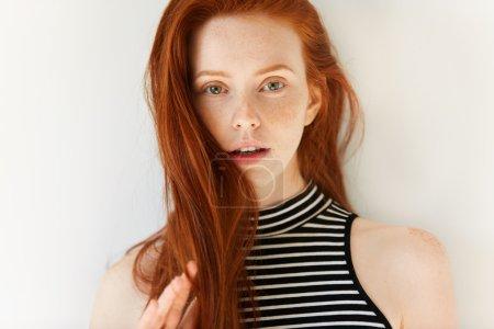 Photo pour Bouchent portrait de belle sensuelle caucasienne jeune femme avec des cheveux roux longs lâche et parfaite peau taches de rousseur en regardant la caméra avec parted lèvres montrant les dents blanches. - image libre de droit