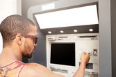 Dunkelhäutige Männer vor Geldautomaten