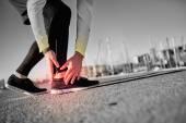 Stočené v kotníku - běží sportovní zranění. Atletický muž běžec