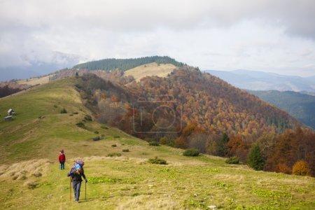 Photo pour Deux jeunes femmes voyagent dans les montagnes - image libre de droit