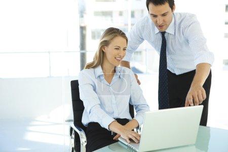 Photo pour Caucasien gestionnaire informatique formation belle femme d'affaires au lieu de travail - image libre de droit