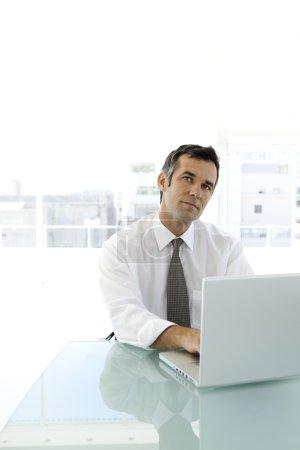 Photo pour Homme d'affaires caucasienne sur lieu de travail - image libre de droit