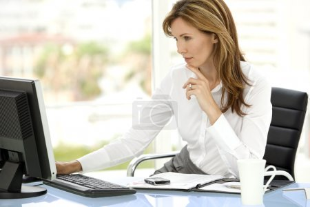 Photo pour Femme cadre d'entreprise utilisant l'ordinateur sur le lieu de travail - image libre de droit