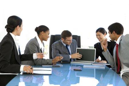 Photo pour Groupe ethnique de multi de sociétés personnes participent à une réunion - image libre de droit