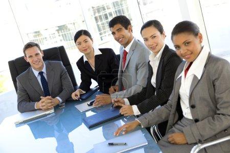 Photo pour Portrait de groupe d'un groupe ethnique multi sociétés personnes participent à une réunion - image libre de droit
