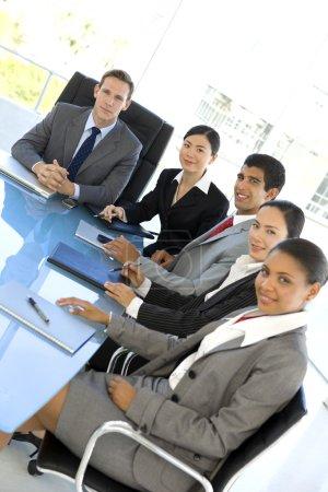 Photo pour Portrait de groupe d'un groupe ethnique des gens d'affaires participant à une réunion - image libre de droit