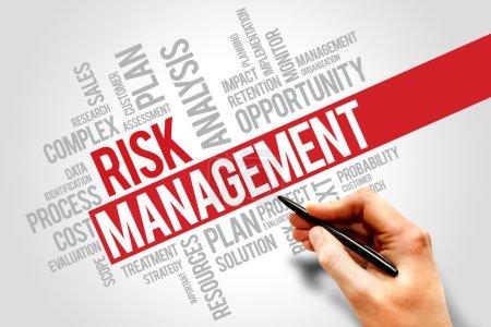 Photo pour Gestion des risques Identifier, évaluer et traiter les risques, concepts opérationnels cloud - image libre de droit