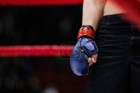 Foto de Closeup del boxeador de la mano en el guante estaba parado en la esquina del anillo - Imagen libre de derechos