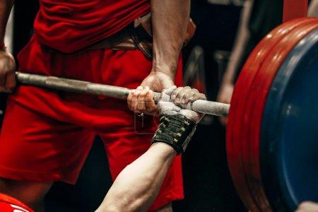 athlète masculin powerlifter bench press