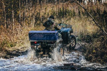 Photo pour VTT forestier traverse la forêt d'automne à travers une traversée de rivière - image libre de droit