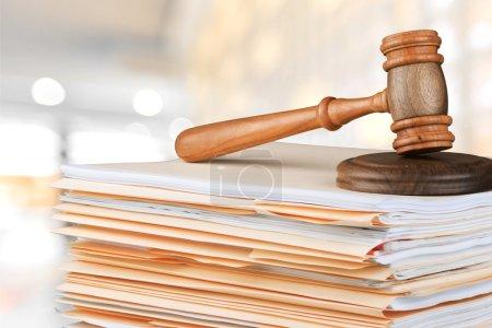 Photo pour Marteau de juge et documents sur fond - image libre de droit