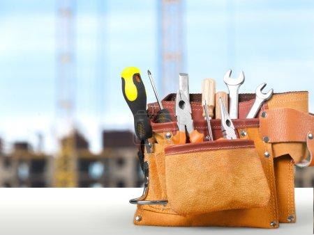 Photo pour Ceinture à outils avec outils sur fond en bois - image libre de droit