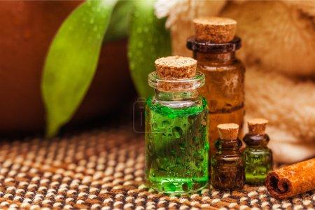 Photo pour Bouteilles avec des huiles bio aroma essentiel sur fond - image libre de droit