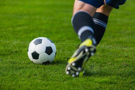 Photo pour Joueur de football en cours d'exécution. Fond de football soccer. - image libre de droit