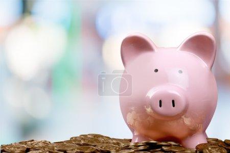 Foto de Alcancía y las monedas en el fondo - Imagen libre de derechos