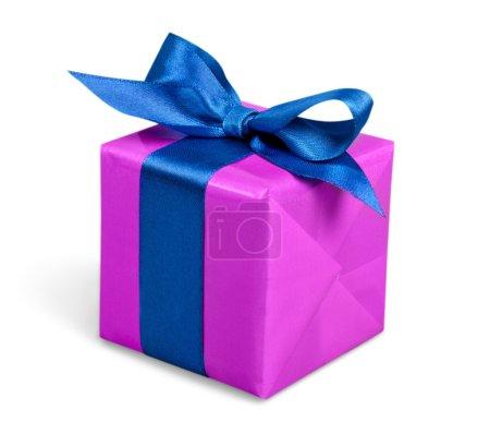 Foto de Caja de regalo con cinta y un arco sobre fondo blanco - Imagen libre de derechos