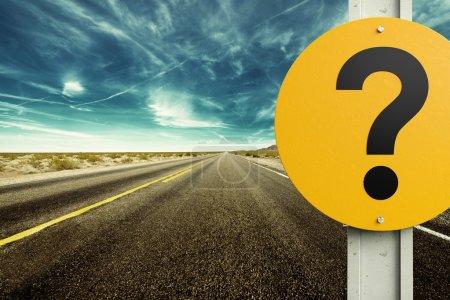 Foto de Signo de interrogación y camino con cielo azul - Imagen libre de derechos