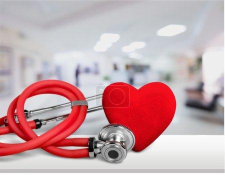 Photo pour Coeur rouge et stéthoscope sur backgrouund - image libre de droit