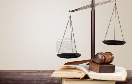 Photo pour Juges marteau et balance justice sur fond - image libre de droit