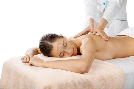 Photo pour Belle jeune femme relaxante avec massage des mains au spa de beauté - image libre de droit