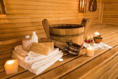 Photo pour Intérieur du sauna et accessoires de sauna sur fond - image libre de droit