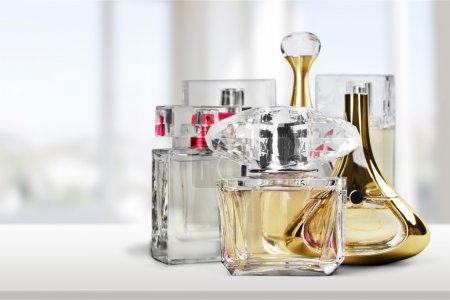 Photo pour Bouteilles de parfum aromatiques sur fond - image libre de droit