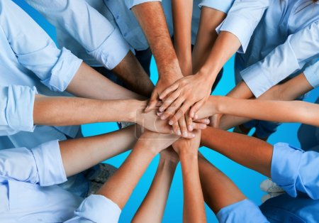 Photo pour Poignée de main de nombreux jeunes gens d'affaires, concept de travail d'équipe - image libre de droit