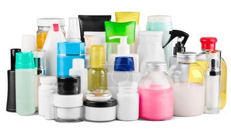 Photo pour Ensemble de produits cosmétiques dans des récipients blancs isolés - image libre de droit