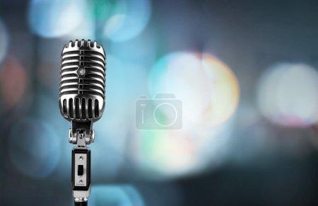 Photo pour Microphone de style rétro sur fond - image libre de droit