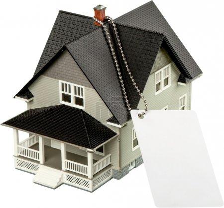 Photo pour Modèle de maison classique en vente sur backgrouund - image libre de droit