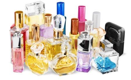 Photo pour Flacons de parfum aromatiques sur fond - image libre de droit