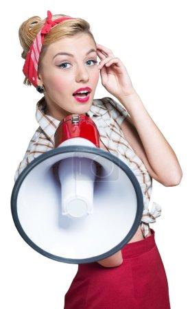 Photo pour Portrait de femme tenant un mégaphone, habillé dans un style pin-up - image libre de droit